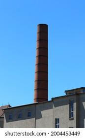 Altes Fabrikfeuer aus roten Ziegelsteinen.