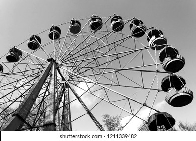 Old ferris wheel in black and whte