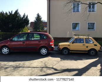 Old fiat 126 next to nowadays standard size town car