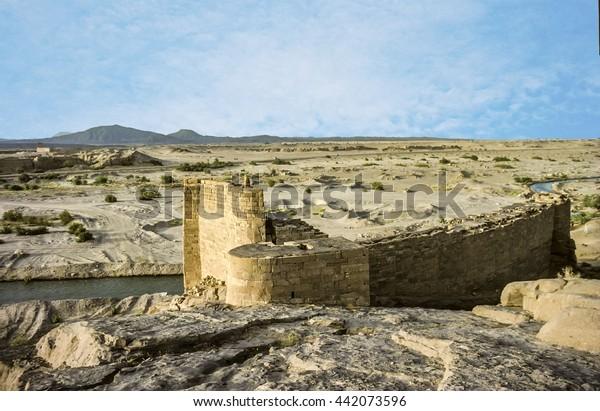 antiguo bloqueo histórico podrido en el desierto cerca de Marib, Yemen