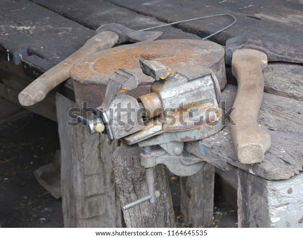 old-joinery-tools-vise-circle-600w-11646