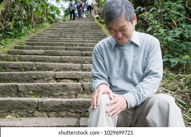 old man with knee problem in the moutain