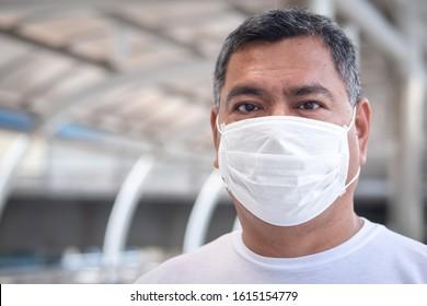 anciano con mascarilla; concepto de contaminación por polvo fino, contaminación atmosférica, concepto de infección por virus, brote de coronavirus, epidemia, atención de la salud, contaminación del aire, enfermedad, infección por el riesgo biológico de los virus
