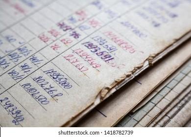 Alte Papierdokumente im Archiv. Buchführung (Buchführung). Handgeschriebene Berechnungen.