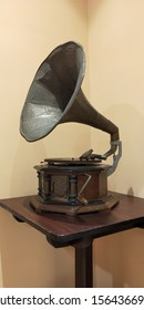Old Phonograph capturing young eyes!