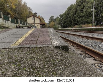 The old railway station of Pontedeume still stands despite having been deactivated for the service and no one works in it. The trains are still stopping in it.