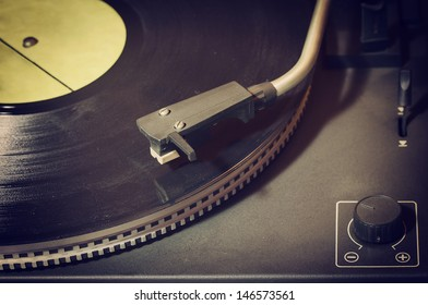 Viejo reproductor de registros retro con disco de vinilo.