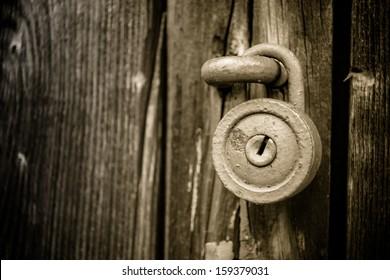 Old round lock