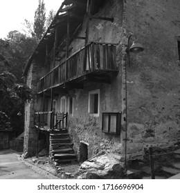 Vieja casa en ruinas, balcón de madera