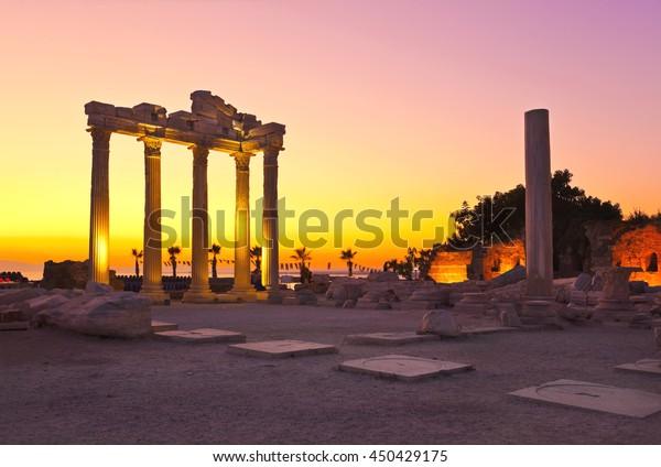 Alte Ruinen auf der Seite, Türkei bei Sonnenuntergang - archäologischer Hintergrund