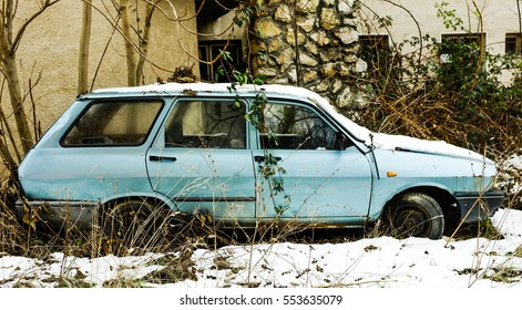 old rusted car in the winter