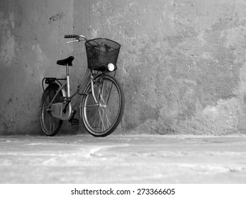 Old rustic bike leaning against the wall.