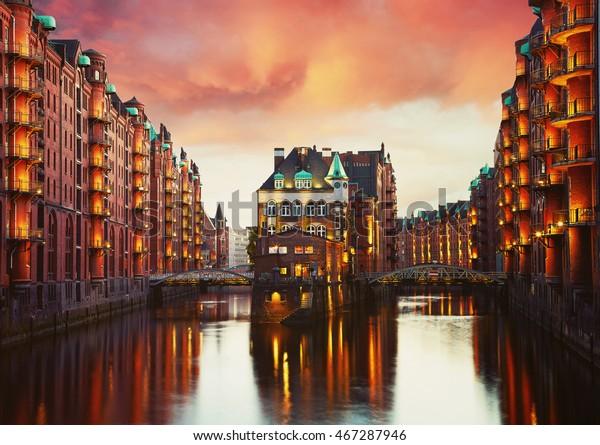 Die alte Speicherstadt in Hamburg beleuchtet nachts. Sunset-Hintergrund