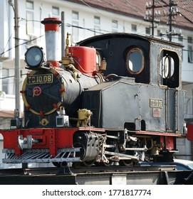 la vieja locomotora de vapor se convierte en un monumento