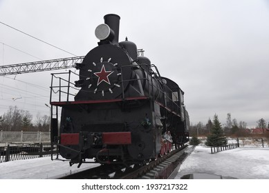 an old steam locomotive is standing at the station