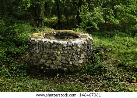 old stone draw well forest の写真素材 今すぐ編集 146467061