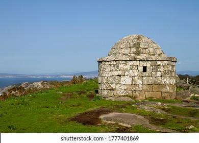Viejo centinela de piedra en Monte do Facho, Cangas del Morrazo, España