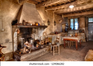 altes Bauernhaus - Innenhaus eines alten Landhauses mit Kamin und Küche