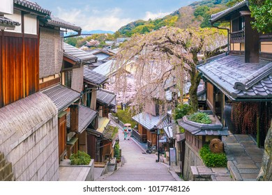 Old town Kyoto, the Higashiyama District during sakura season in Japan