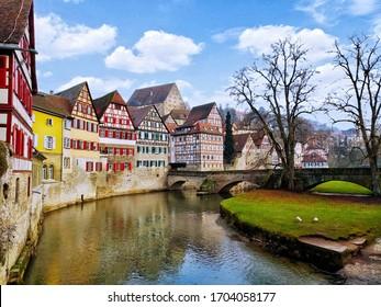 Die Altstadt von Schwaebisch Hall, Deutschland, am Ufer des Kocher Flusses