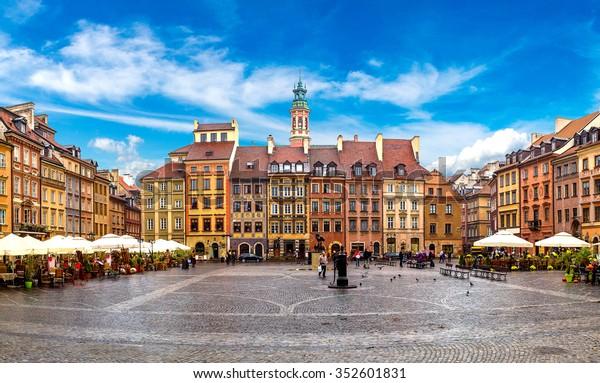 Place de la vieille ville de Varsovie en été, Pologne