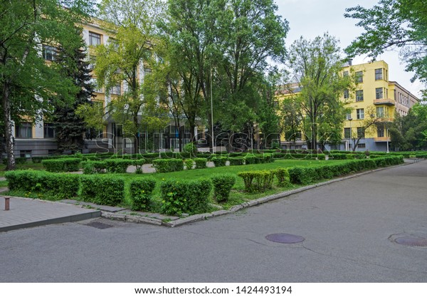 old-town-street-green-lawns-600w-1424493