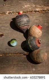 alte Spielzeug, Spinnenköpfe und Marmor auf Holzhintergrund
