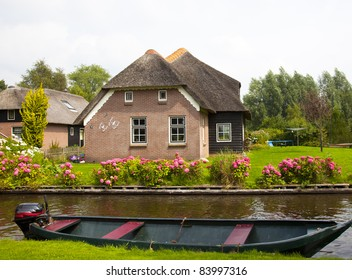 old traditional dutch house in giethoorn