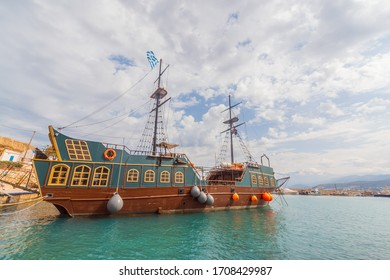 old traditional ship in Crete town Hersonissos Day foto. Greece vacation.