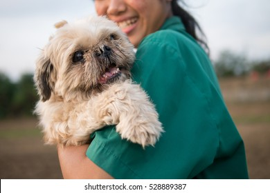 Old and ugly dog but owner girl give love and very happy play with it.