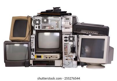 Équipement électronique ancien, usagé et obsolète isolé sur blanc