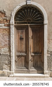 The old The Venetian door, of which can be seen  level of floods