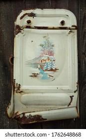 Altes Vintage Waschbecken mit schönem Bild auf der alten Holzwand.