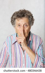Old woman between 70 and 80 asks to be silent