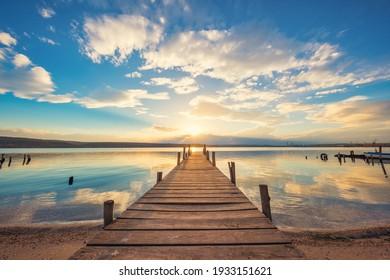 Altes Holzdock am See, Sonnenuntergang
