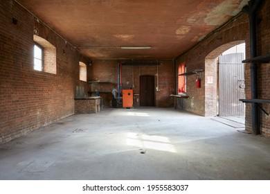 Vieux atelier intérieur avec murs en briques, personne