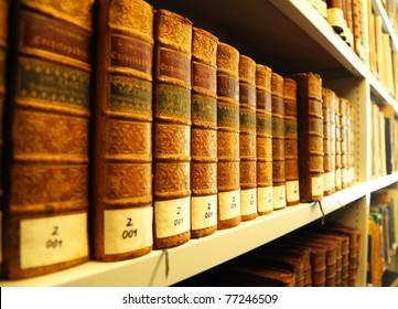 alte gelbe Vintage-Bücher in der Bibliothek mit Bildungskonzept