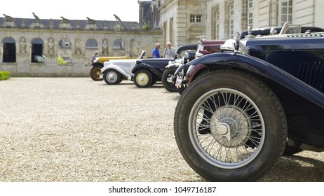Oldtimer lined up wheel to wheel