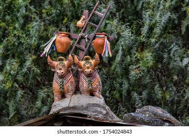 """Ollantaytambo- toritos de Pucara From the entrance to Pucara and later on the roofs and fences are glued larger or smaller ceramic statues representing bulls, the famous """"toritos de Pucara""""."""