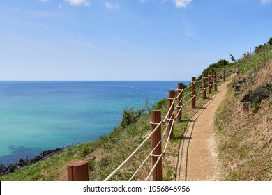 Olle trail No.19 in Hamdeok Seoubong peak. The peak is a kind of cape and located near the Hamdeaok baech. The course starts at Jocheon manse Dongsan and ends at Gimnyeong Seo-pogu port.