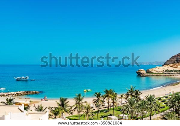 Landschaft an der Küste von Omani bei Barr Al Jissah im Osten von Muscat, Oman.