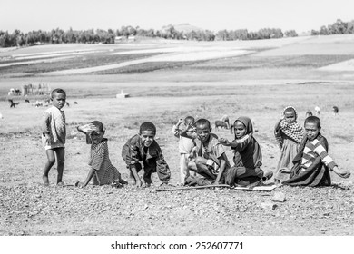 OMO, ETHIOPIA - SEPTEMBER 21, 2011: Unidentified Ethiopian children in the field. People in Ethiopia suffer of poverty due to the unstable situation