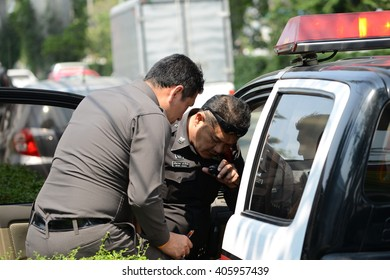 Journée des travailleurs: cinq arrestations lors dune manifestation à Montréal Montreal man upset after police detained him in cruiser for jaywalking.