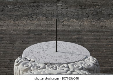 """On April 14, 2018, the wall sundial of xi 'an. The sundial, the shadow of the sun. The modern """"sundial"""" refers to an instrument used to measure time by the shadow of the sun."""
