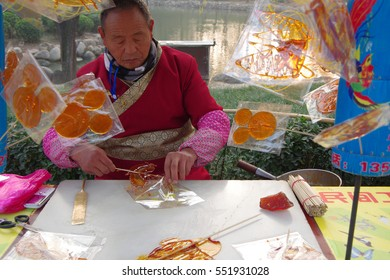 On December 17, 2016, xi 'an datang furong garden scenic spot, the old artist painting is sugar juice, edible. Sugar is listed as non-material cultural heritage list.