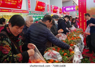 On January 8, 2017, tens of thousands of people came to buy the New Year's shopping festival in xi 'an, which is a phenomenon of Chinese New Year queuing shopping.