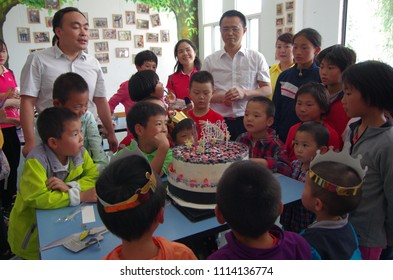 On June 1, 2018, love volunteers in xi 'an shaanxi children's aid center, to give love to children, the children's day. This is a public good.