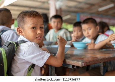 On June 17,2018, Karen children of Banbongtilang School waited for kindly people treat them to lunch.This Thai school was located on Bong Ti,Sai Yok ,Kanchanburi,Thailand,western border to Myanmar.