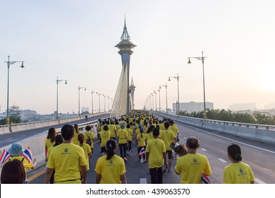 On June 19, 2559 at 5:30 am. To 08.30.'ve Got to walk across the bridge over the Chao Phraya River at Nonthaburi, Thailand has participated in the walk. Running time approximately 1000 people.