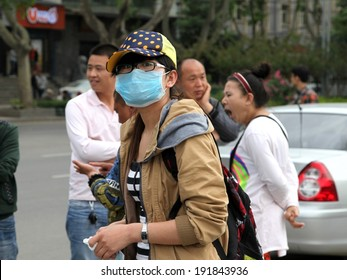 On May 1, 2014 tourists in xi 'an wearing a mask to admire the view, advocate healthy to swim.  xi 'an encounter strong wind flying sand weather, serious air pollution.